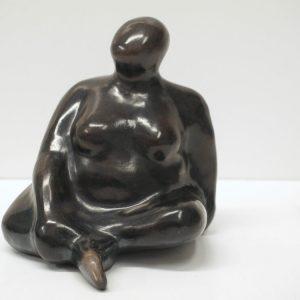 Escultura de cerámica femenina, acabado ahumado