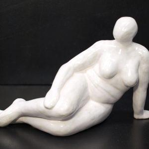 Escultura cerámica femenina, tumbada, acabado esmaltado