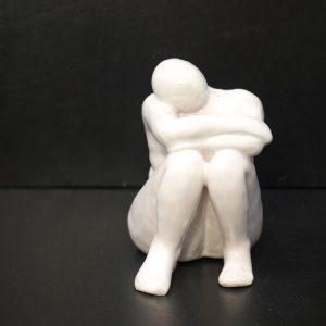 Escultura femenina sentada, acabado esmaltado