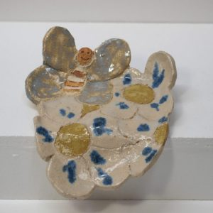 Jabonera con vierteaguas con figura de mariposa y flores