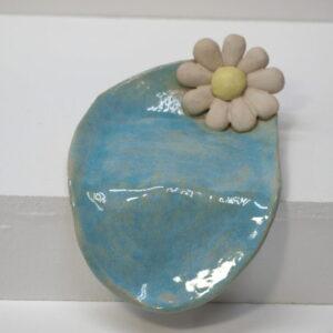 Jabonera con vierteaguas, decorada con flores