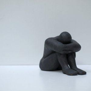 Escultura cerámica masculina en negro satinado