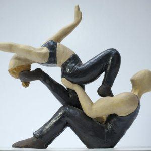 Escultura de una pareja en equilibrio acrobático