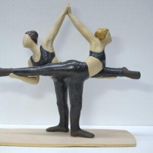 Escultura de cerámica de acróbatas