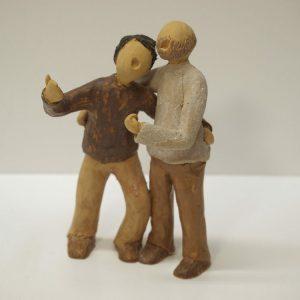 Escultura cerámica de una pareja de amigos cantando