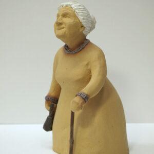 Escultura cerámica con la figura de una abuela