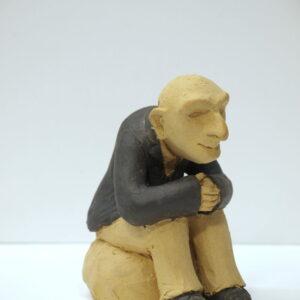 Escultura cerámica con la figura de un abuelo