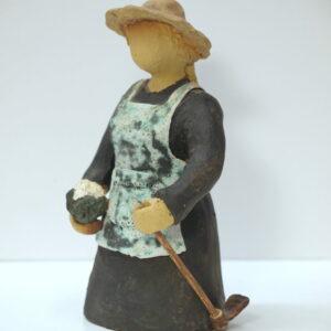 Escultura cerámica de una agricultora