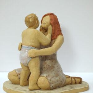 Escultura cerámica de una madre y su bebé