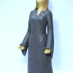 Escultura de cerámica de una mujer en actitud de meditación