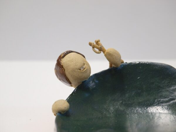 Jabonera con vierteaguas, decorada con un niño con un tirachinas