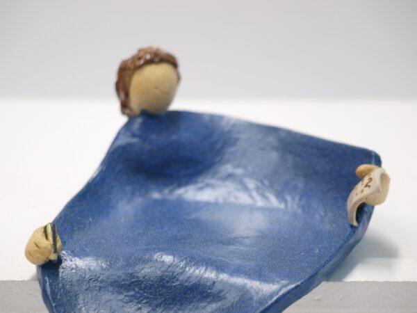 Jabonera con vierteaguas, decorada con una mujer escribiendo